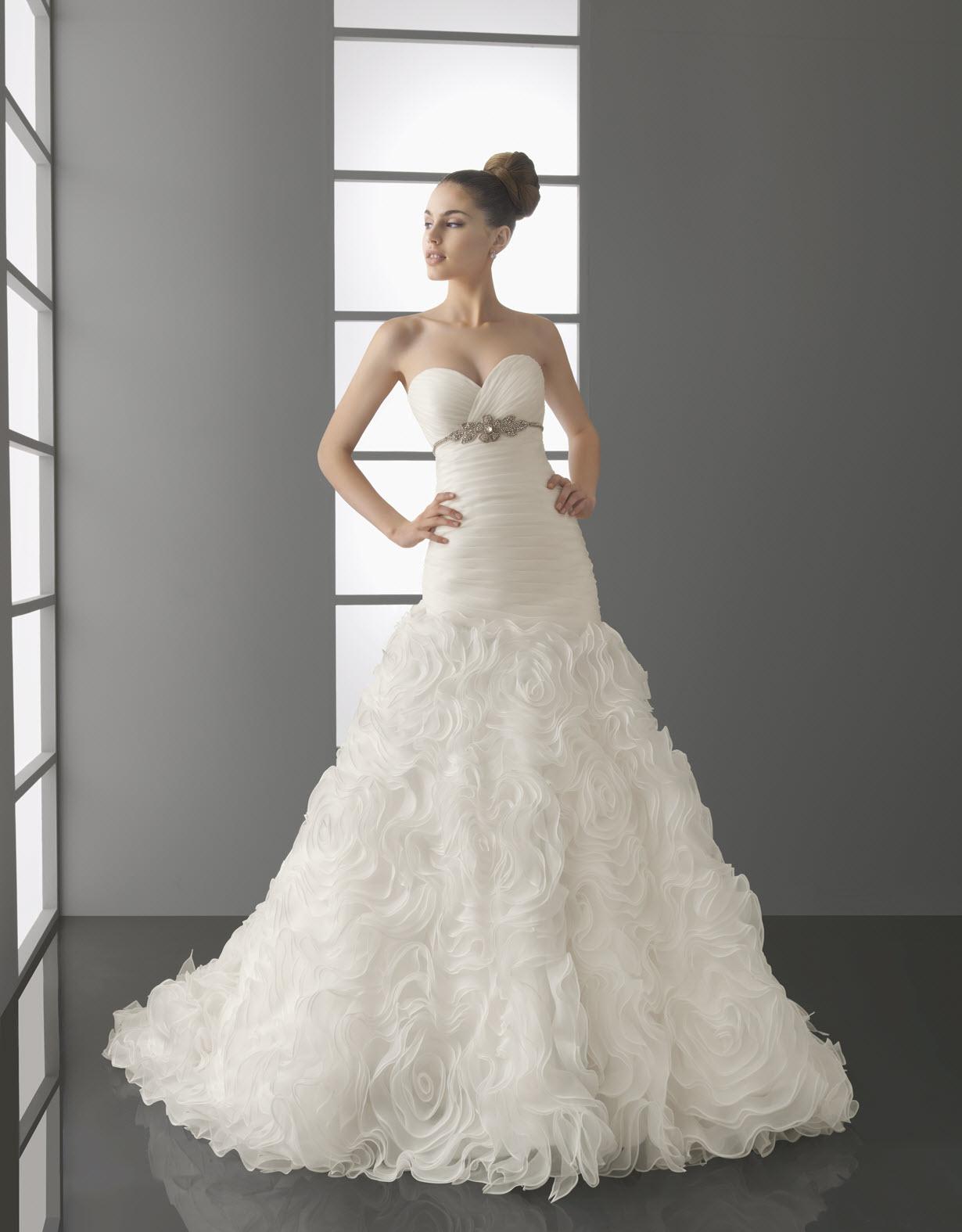 Sweetheart dropped waist A-line taffeta wedding dress...... Minus ...