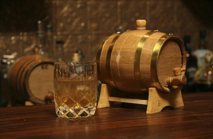 spring wedding guide gifts for groomsmen whiskey