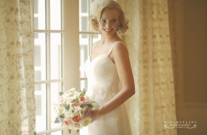 vintage blonde bride with short wedding hairstyle