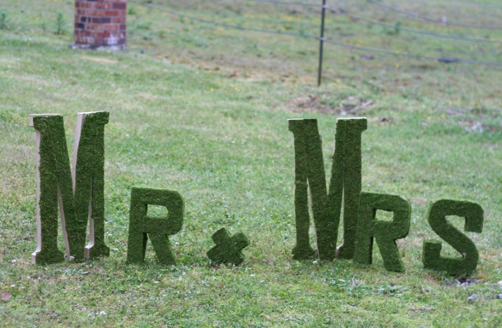 creative wedding ideas from Etsy Mr and Mrs decor moss sign 2