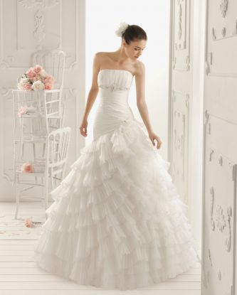 Aire barcelona wedding dress style roxy onewed for Barcelona wedding dress designer