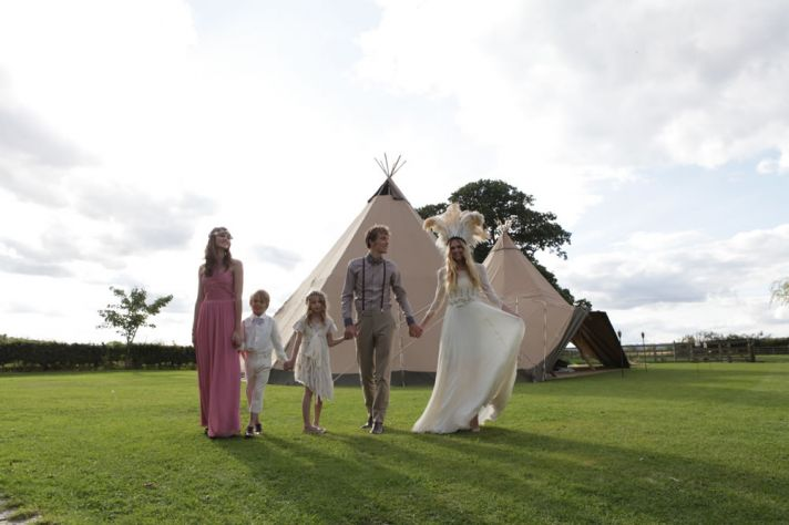 outdoor weddings under teepees creative wedding ideas bride wears dramatic headpiece