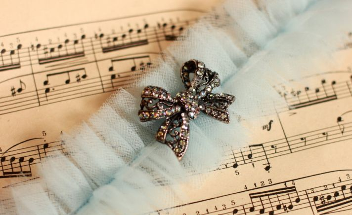 something blue wedding inspiration bridal style spotting garter