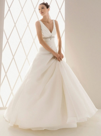Aire barcelona wedding dress style bemol onewed for Barcelona wedding dress designer